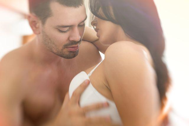 Halbnacktes Paar hat Sex
