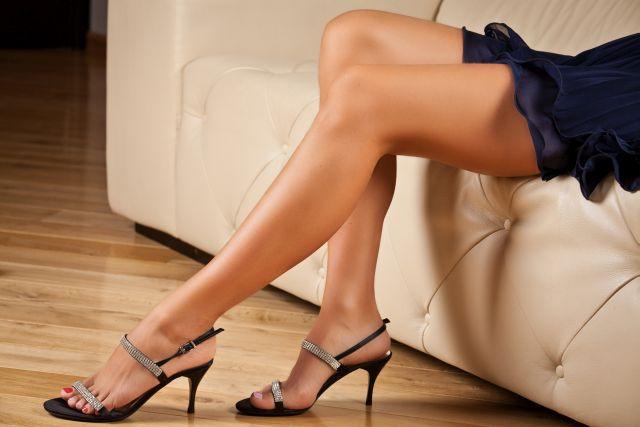 Lange Frauenbeine in hochhackigen Schuhen