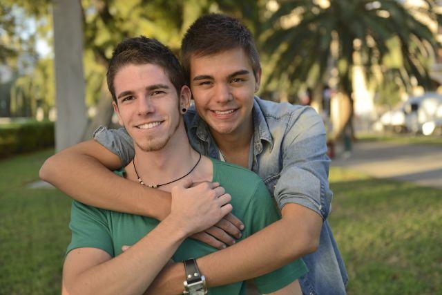 Junges glückliches schwules Paar