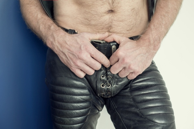 Mann in Fetisch-Lederhose