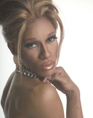Dunkelhäutiger Transvestit mit blondgefärbten Haaren