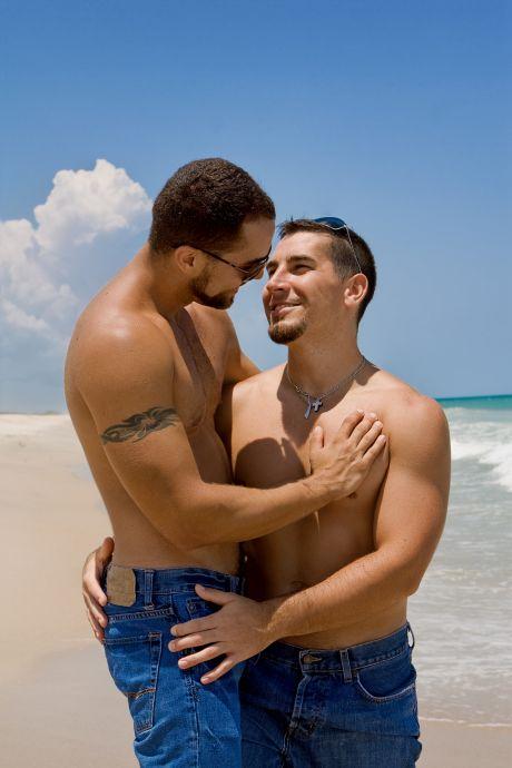 Glückliches schwules Paar am Strand