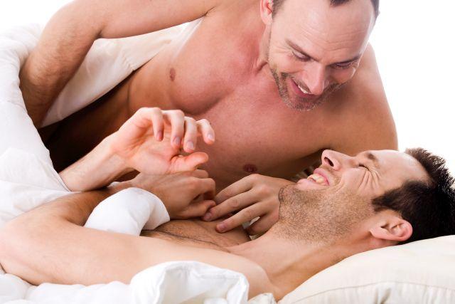 Glückliches schwules Paar im Bett