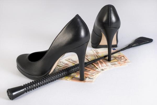 High Heels stehen auf Banknoten
