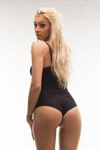 Blonde Frau in schwarzer Unterwäsche