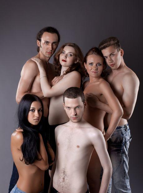 drei junge Frauen und drei junge Männer oberkörperfrei