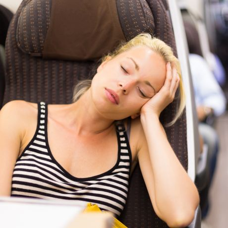 Müde Frau in der Bahn