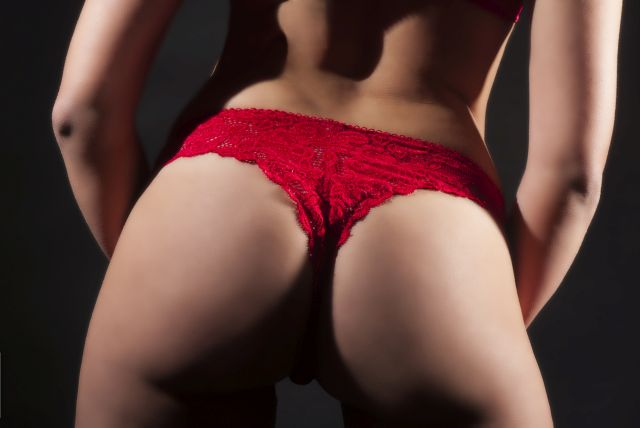 Frauenhintern in rotem Slip