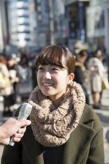 Frau wird auf der Straße interviewt