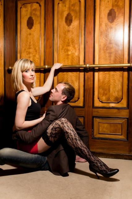 Paar sitzt eng umschlungen in Fahrstuhl