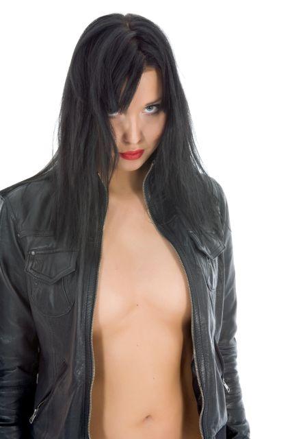 Frau mit geöffneter Lederjacke ohne Kleidung darunter