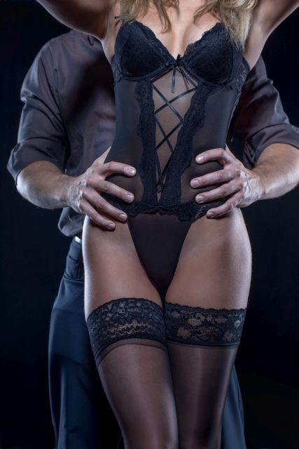 Frau posiert nackt auf Boden