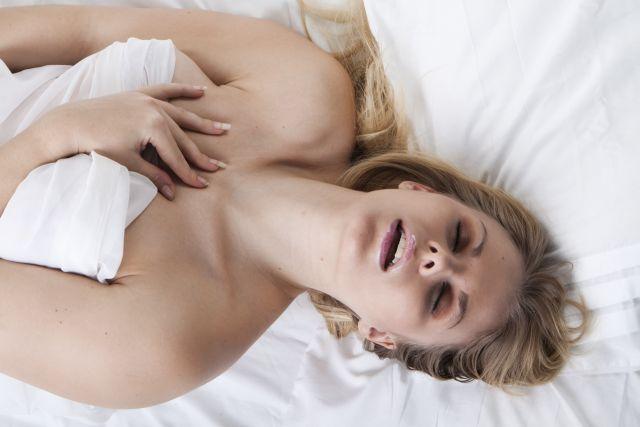 Blonde schöne Frau beim Orgasmus