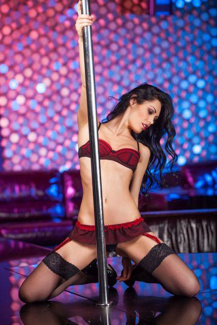 Stripperin an Poledancestange