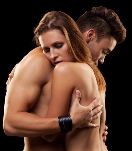 Nacktes Paar umarmt sich