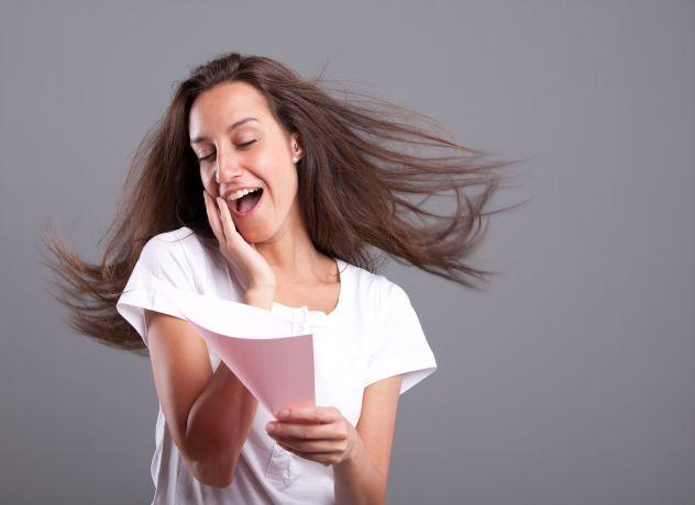Frau freut sich beim Brief lesen