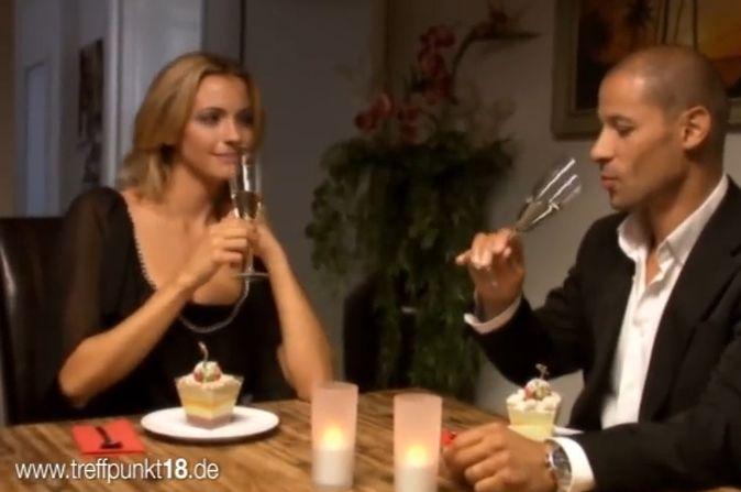 TV Star Jeff Williams trinkt Sekt mit seinem blonden Date
