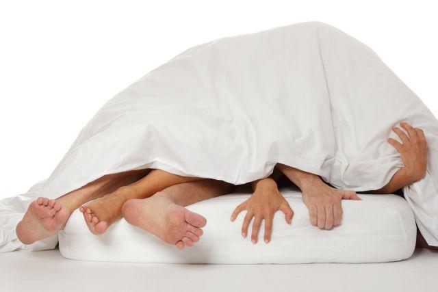 Ein Paar unter der Bettdecke