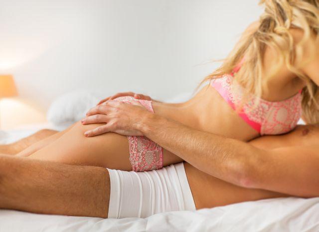 Frau liegt in Unterwäsche auf dem Mann