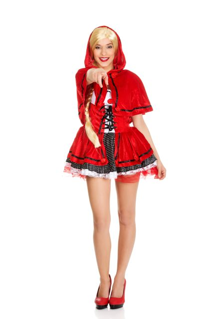 Frau in Rotkäppchenkostüm