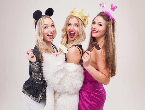 Drei Frauen in Karnevalskostümen