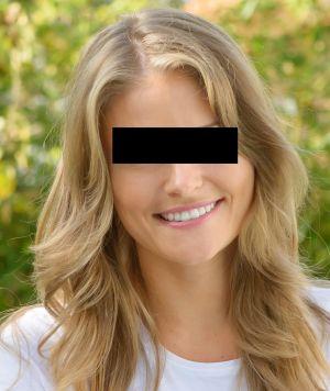 Frau mit blonden leicht gelockten Haaren