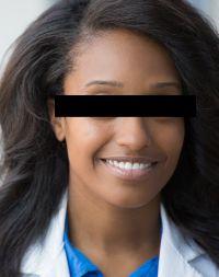 Schwarze Frau mit langen Haaren
