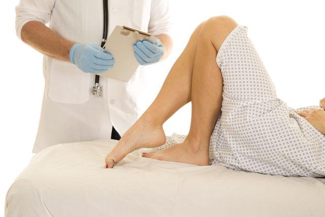 Frau wird vom Arzt untersucht