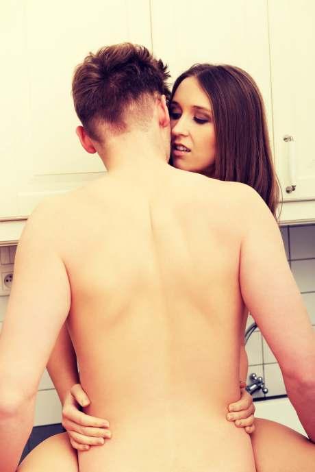 Inniges Paar kuschelt in der Küche