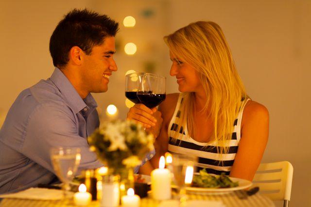 Paar beim Candle Light Dinner