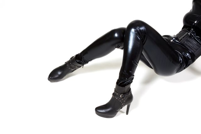 Frau in schwarzem Latexkostüm