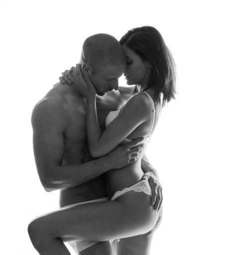 Attraktives halbnacktes Paar hält sich leidenschaftlich fest