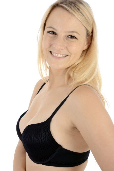 Blonde Frau mit schwarzem Büstenhalter