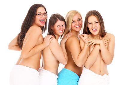 Vier erregte Frauen mit nacktem Oberkörper