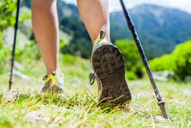 Beine beim Wandern auf dem Berg