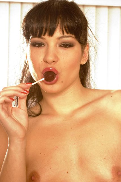 Frau saugt lassiv an einem Lolli