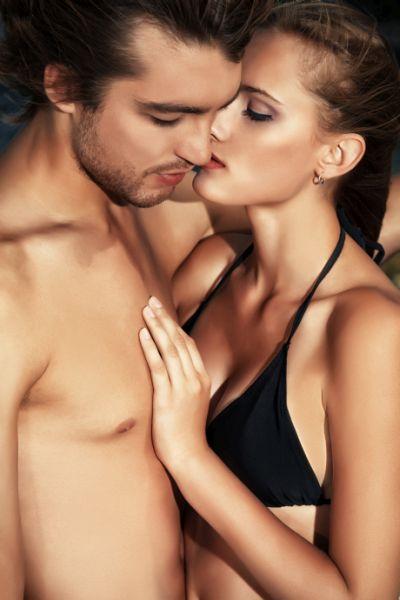 Halbnacktes küssendes Paar