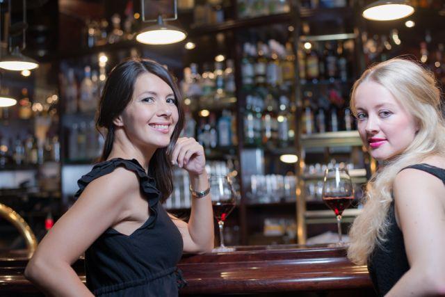 Zwei junge Frauen in einer Bar