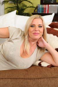 Blonde Frau in weisser Unterwäsche