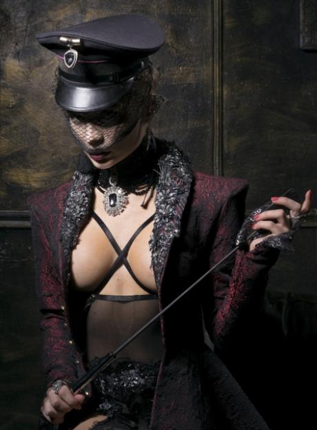 Frau mit Fetischkleidung und Reitgerte