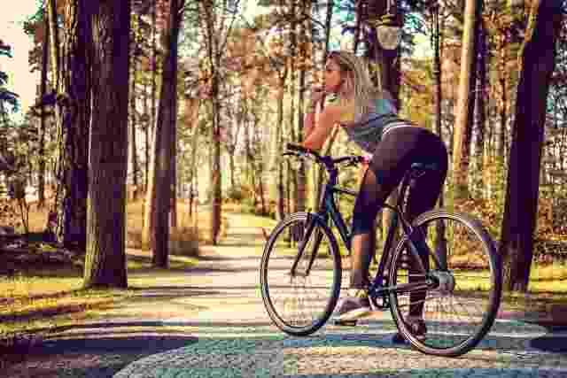 Sportliche Frau sitzt auf Fahrrad