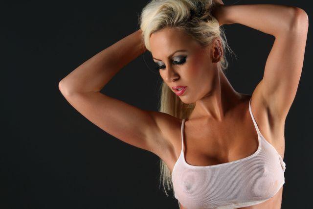 Blonde Frau im knappen weißen Top