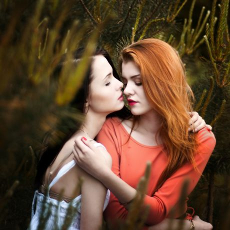 Zwei Frauen umarmen sich im Wald