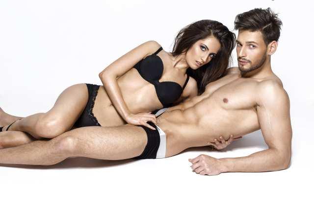 Sexy Paar posiert liegend in Unterwäsche