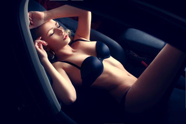Attraktive Frau in Unterwäsche im Auto