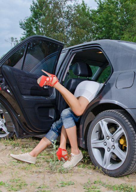 Paar fällt auf dem Autorücksitz übereinander her