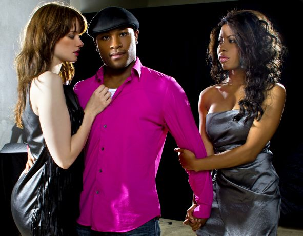 Mann umringt von zwei Frauen
