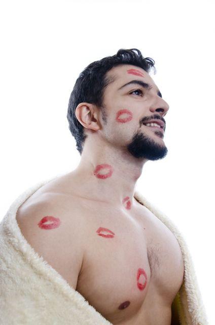 Mann mit Lippenstiftküssen auf Körper und Gesicht