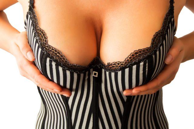 Tiefer Ausschnitt einer Frau mit grossen Brüsten