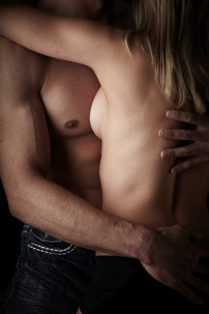 Paar mit freiem Oberkörper umarmt sich
